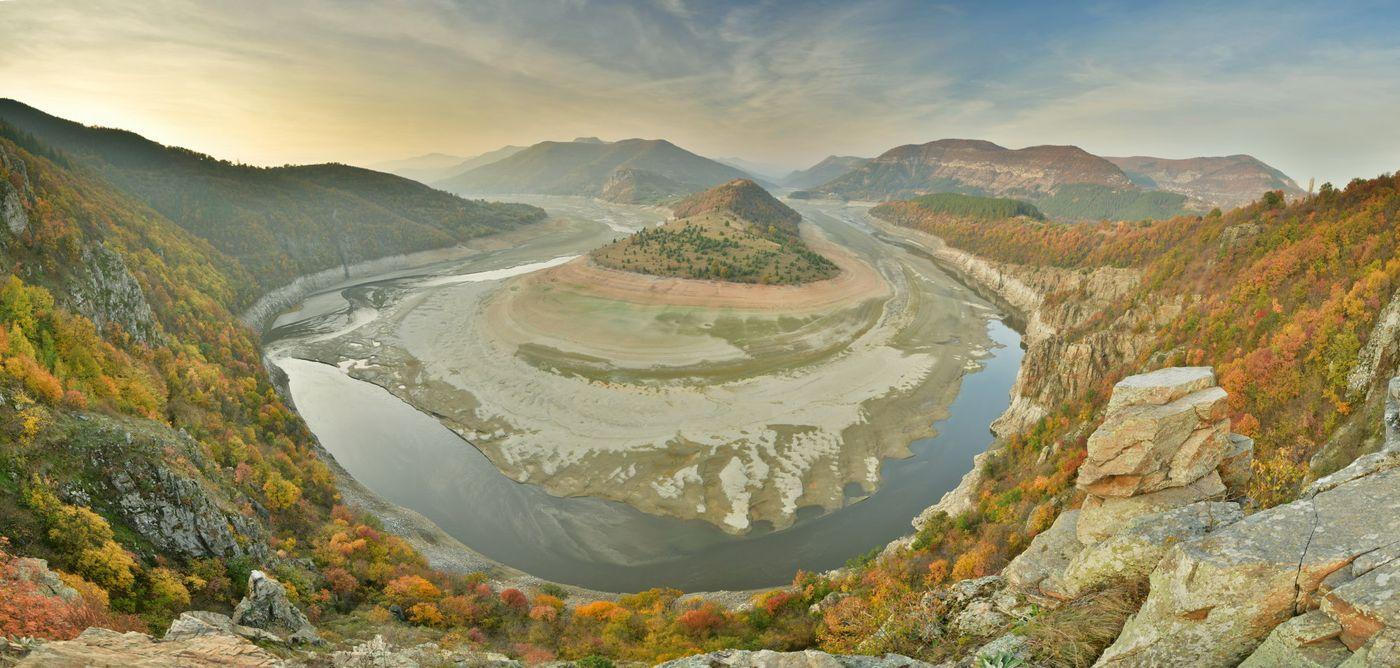 Een riviervallei: panorama van de meanderende Arda. © Yves Adams