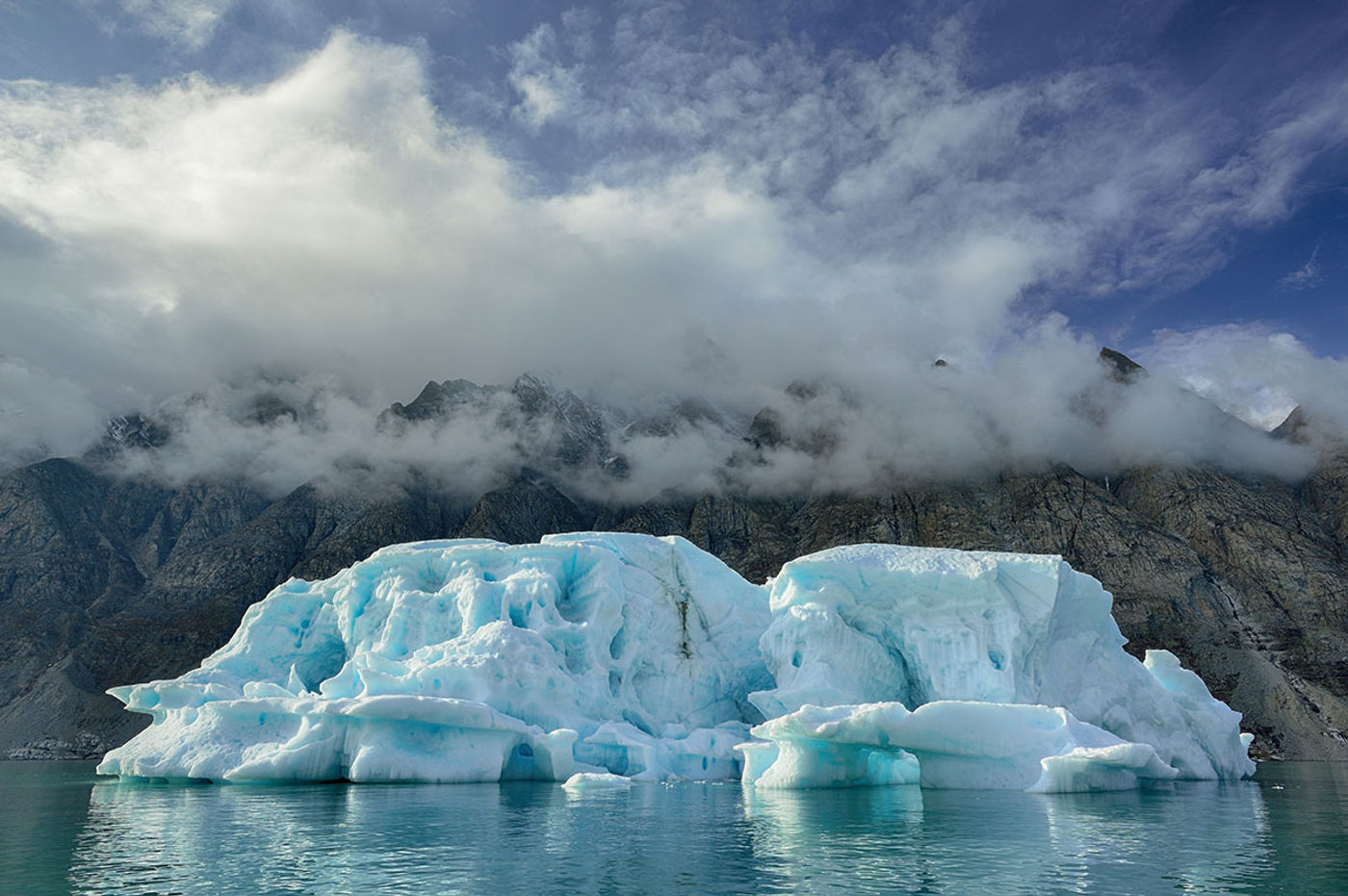 Alpefjord toont z'n mystieke kusten. © Yves Adams