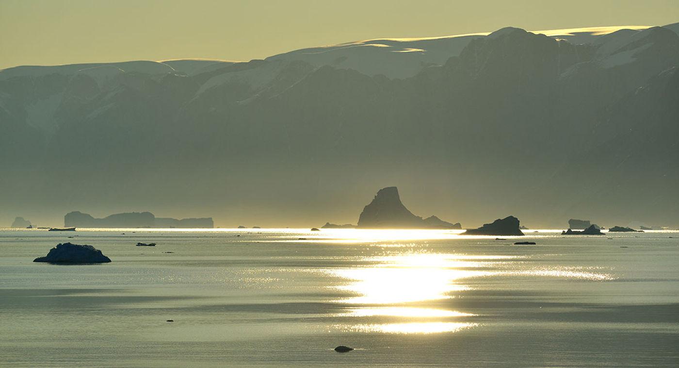Tegenlicht in Rodefjord. © Yves Adams