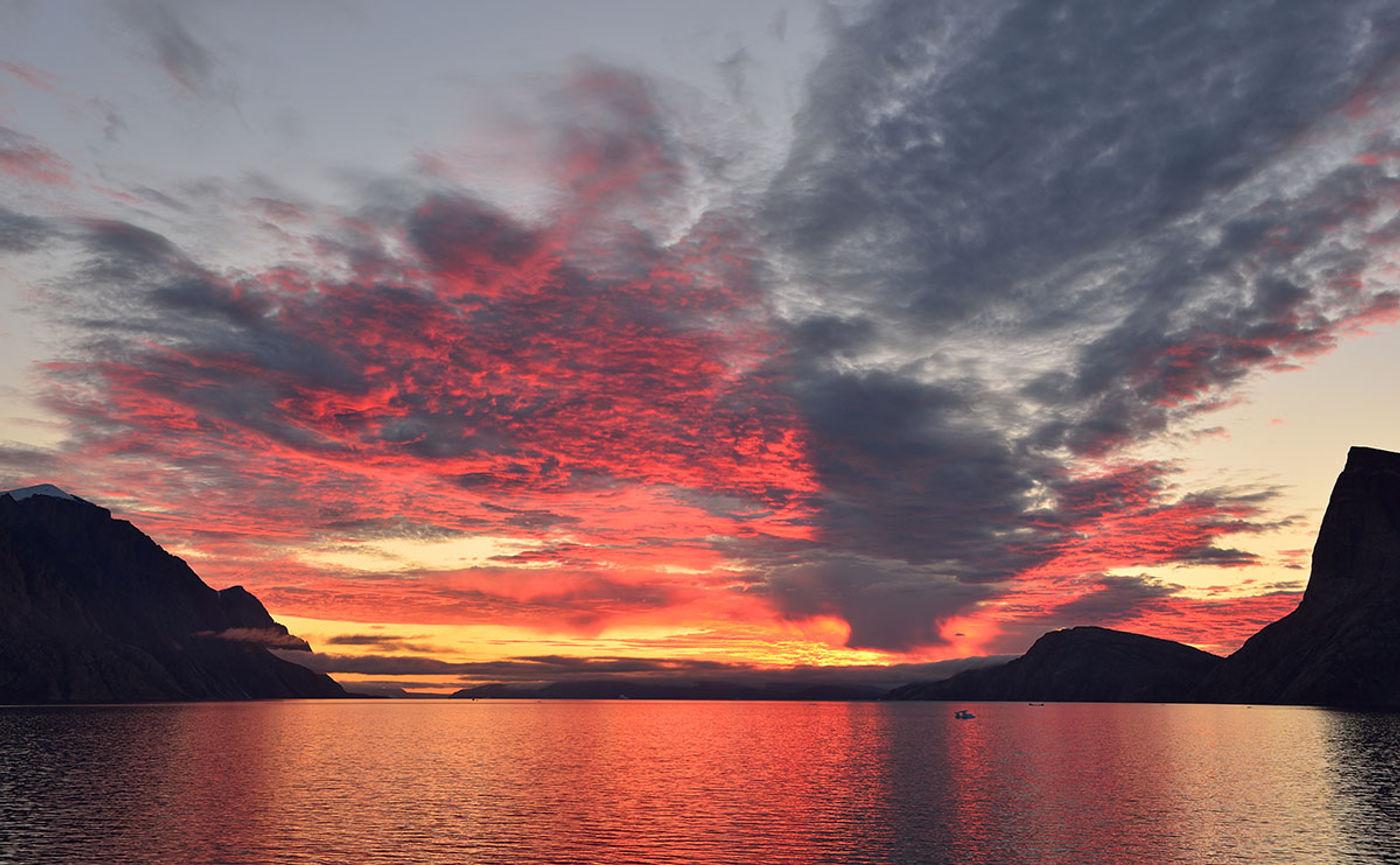 De hemel kleurt rood boven de Noordelijke IJszee. © Yves Adams