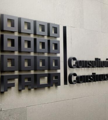 Aplicación de logo sobre pared de Faca, diseñado por Galanés Agencia de Comunicación.