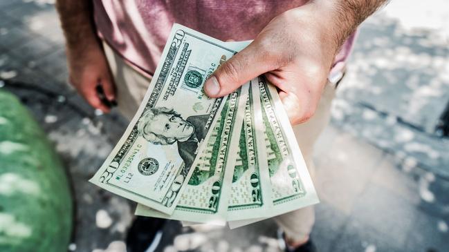 تفسير حلم شخص اعطاني نقود ورقية - كراسة