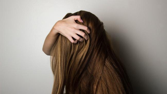 تفسير حلم قص الشعر والغرة للعزباء والمتزوجة - كراسة