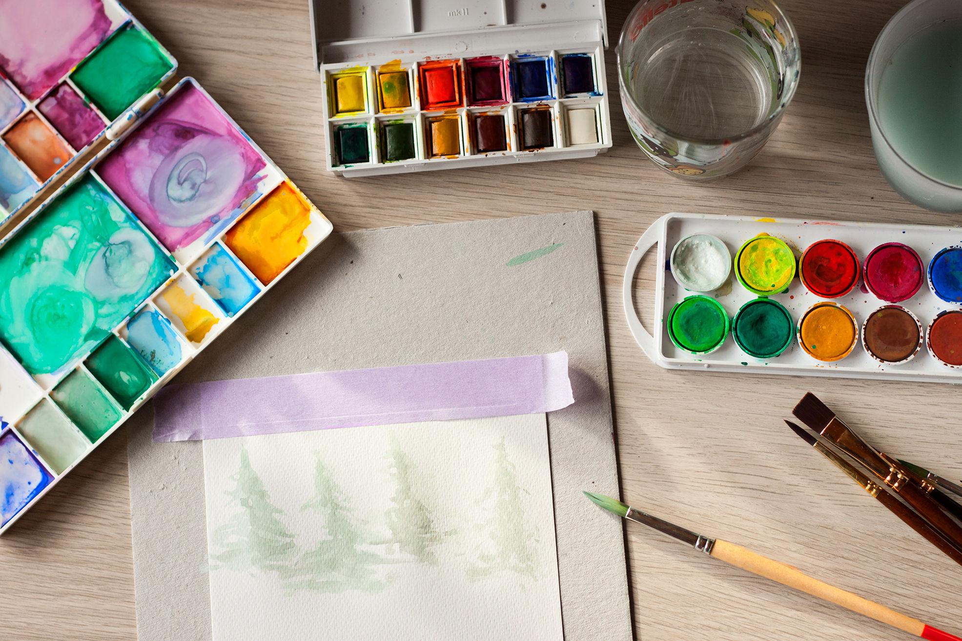 farby akwarelowe, pędzle i proces malowania choinek