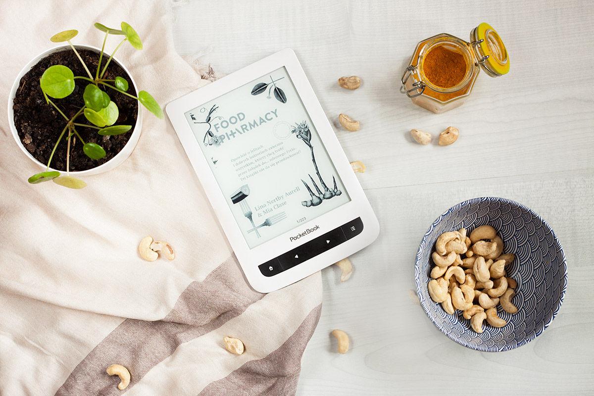 Czytnik z okładką książki Food Pharmacy, kurkuma, orzechy nerkowca, pilea