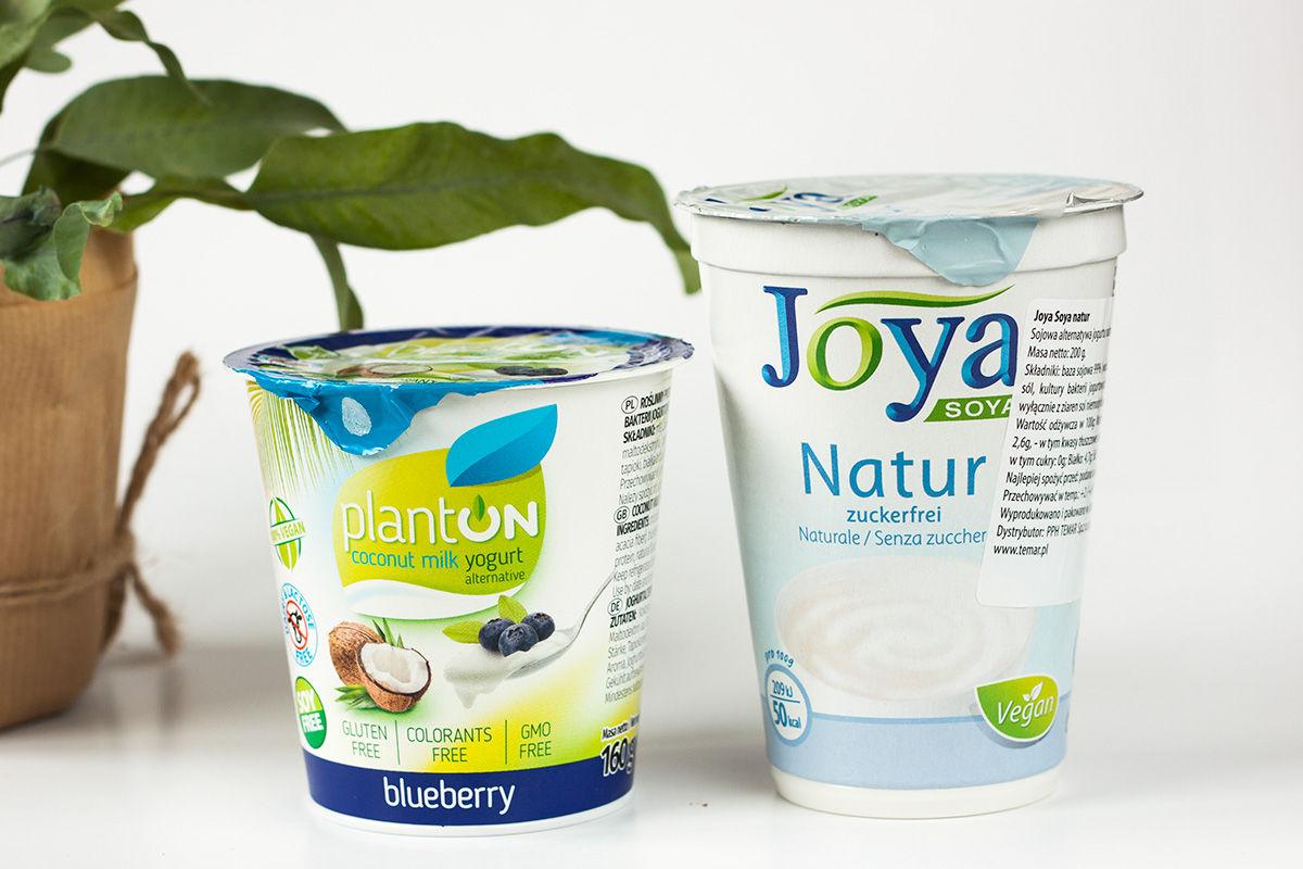 wegański jogurt kokosowy PlantON o smaku jagodowym polskiej firmy Jogurty Magda oraz sojowy jogurt Joya bez cukru jako element diety wzmacniającej odporność