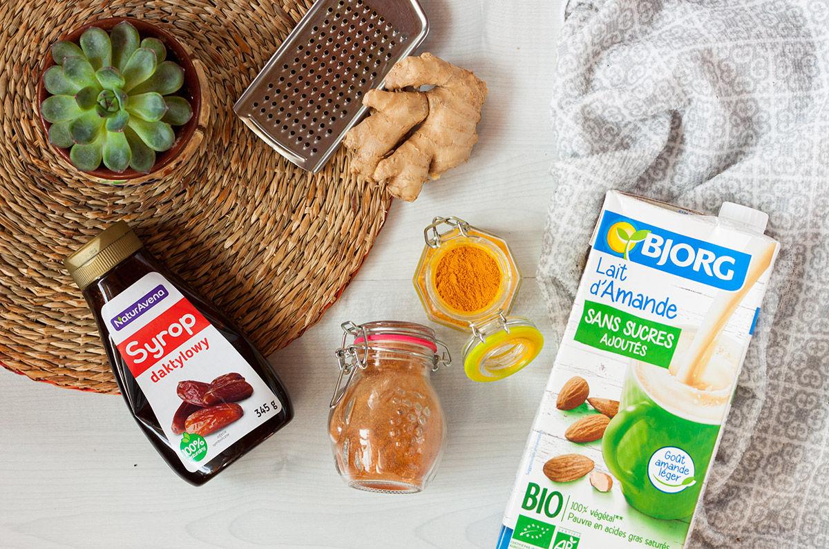 składniki na wegańskie złote mleko: kurkuma, napój migdałowy, pieprz cayenne, syrop daktylowy, imbir