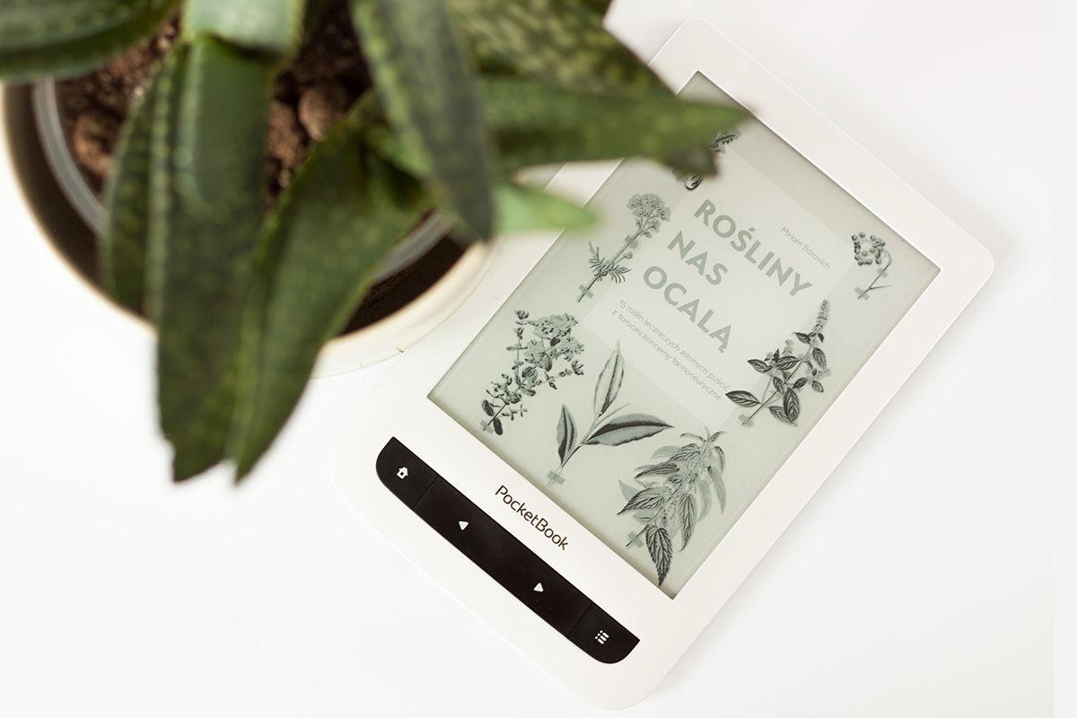 rośliny nas ocalą na czytniku ebooków w drugim planie, z przodu aloes