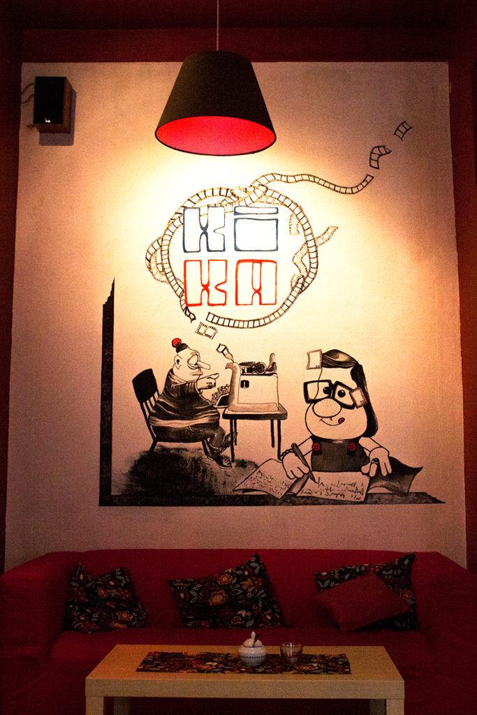 Kino KIka sofa i plakat