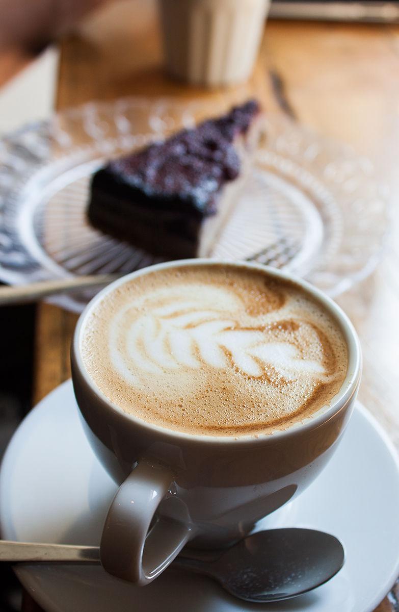 Wesoła Cafe Kraków filiżanki z kawami, jagielnik