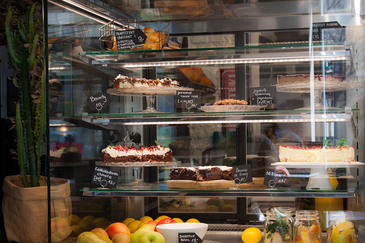 Wesoła Cafe wybór deserów: wegetariańskie, wegańskie, gluten free, bez cukru, etc
