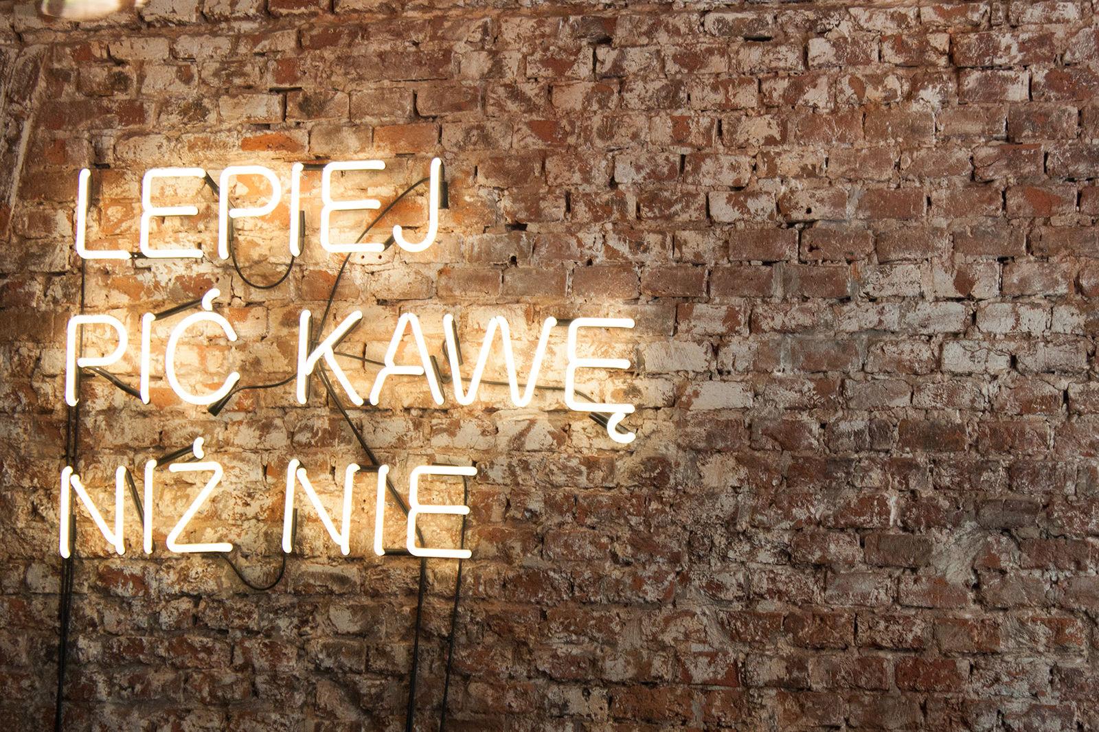"""Wesoła Cafe motto przewodnie """"lepiej pić kawę niż nie"""""""