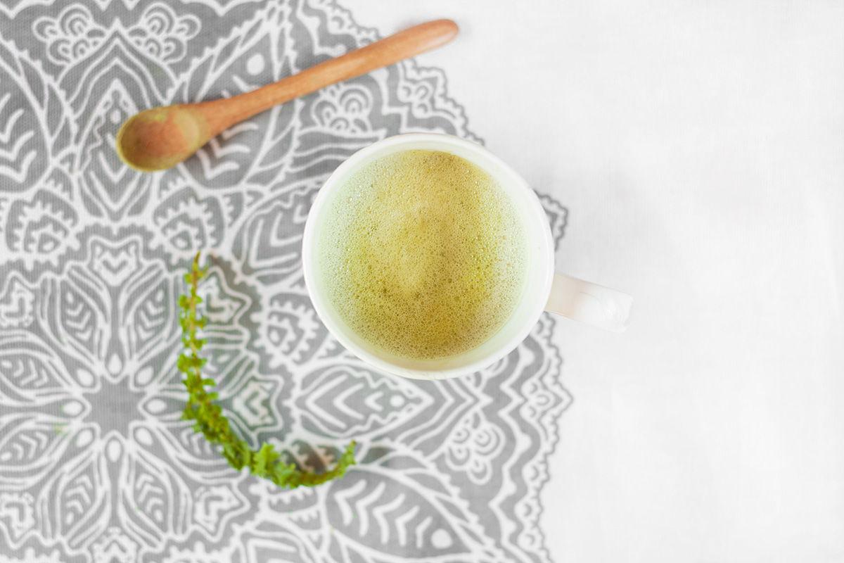 Wegańska latte matcha z zieloną pianką pełnia cholorfilu