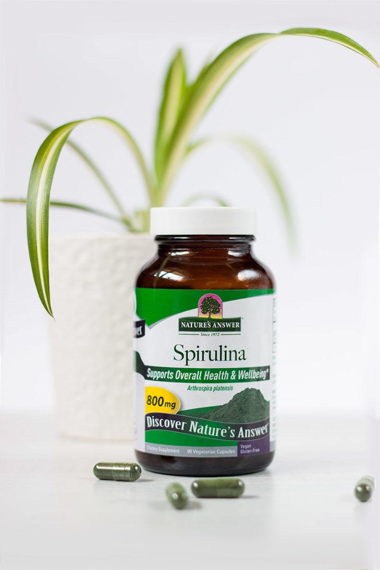 """Spirulina firmy """"Nature's Answer"""", algi pełne chloofilu, fotografia produktowa, kapsułki wegańskie"""