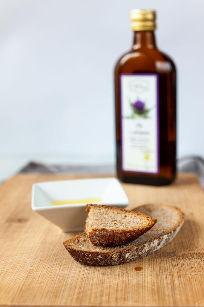 kromki chleba i olej z ostropestu, fotografia kulinarna macro