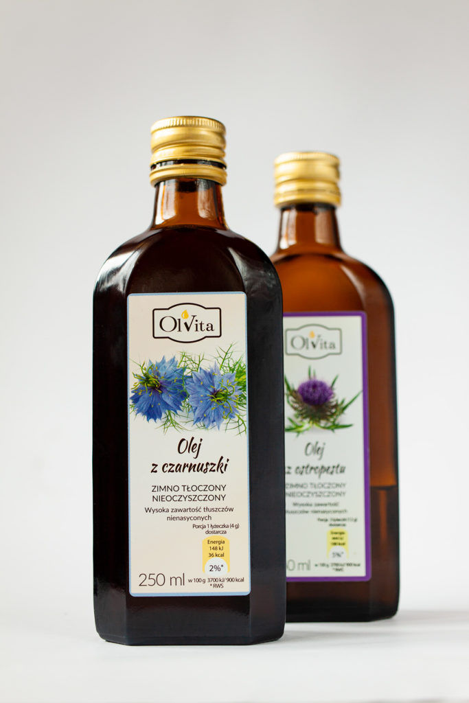 olej z czarnuszki z przodu, z tyłu olej z ostropestu firmy OlVita, fotografia produktowa