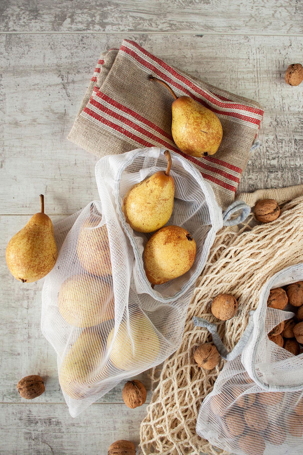 gruszki i orzechy włoskie w wielorazowych siatkach, lniany worek na pieczywo - zerp waste dla początkujących w sklepie spożywczym