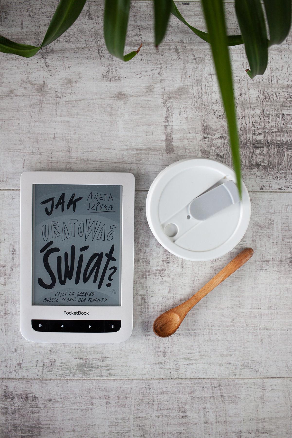 """""""Jak uratować świat"""", czytnik ebooków, bambusowa łyżeczka i wielorazowy kubek Stojo"""