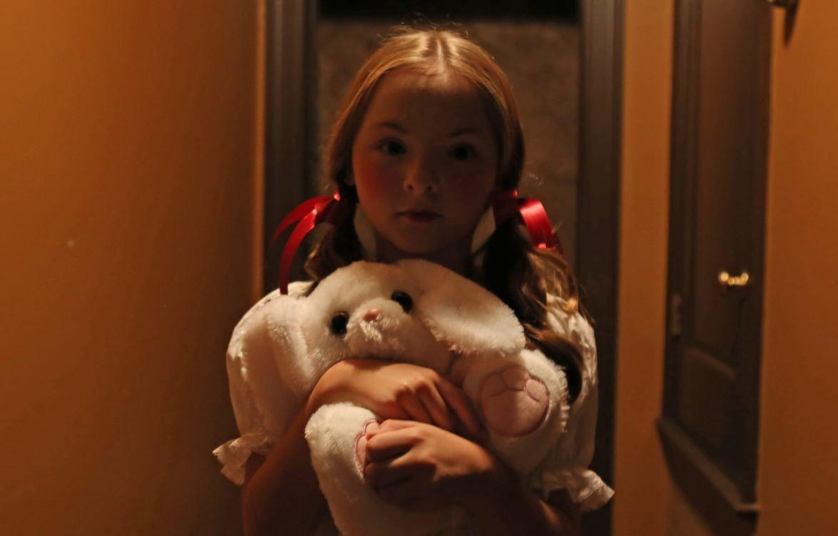 Casal é assombrado por entidade em trailer de 'O Chamado do Mal'.
