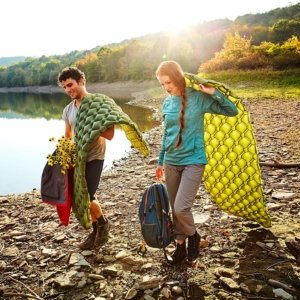 Image: couple walking with sleepingo sleeping pads