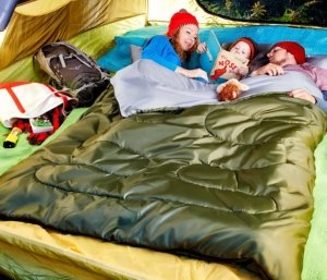 Image: Parents reading book with kids in Sleepingo sleeping bag