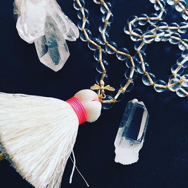 Mala mit 108 Perlen Bergkristall, Licht des Bewusstseins, Dive to the moon, spiritual jewelry, Bienenanhänger, große weiße Quaste