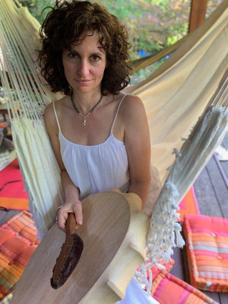 Miriam Doebner, Jewelry Designer, dive to the moon, soulful jewelry, Initieierung der Mala mit der schamanischen Trommel