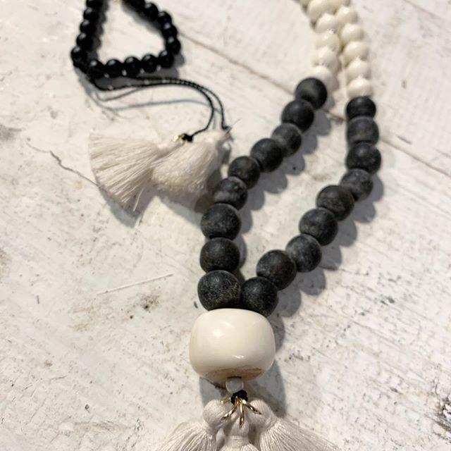 Mala weiße Büffelkalbfrau mit Lava und Bone, spiritueller Schmuck, dive to the moon, Quasten
