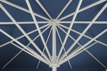 Blaues Schirmdach mit weißem Gestell aus Aluminium