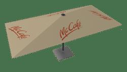 Ein cremefarbener Sonnenschirm mit McCafe Bedruckung