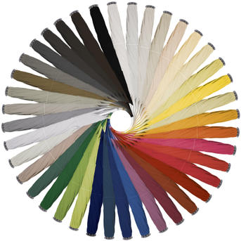 Verschiedene farbige geschlossende Schirme im Kreis angeordnet
