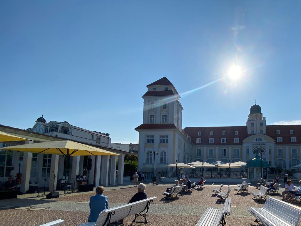 Öffentlicher Platz mit gelben Sonnenschirmen