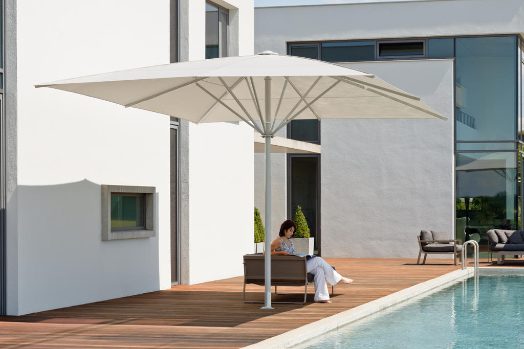 Terrasse mit einem gelben Sonnenschirm