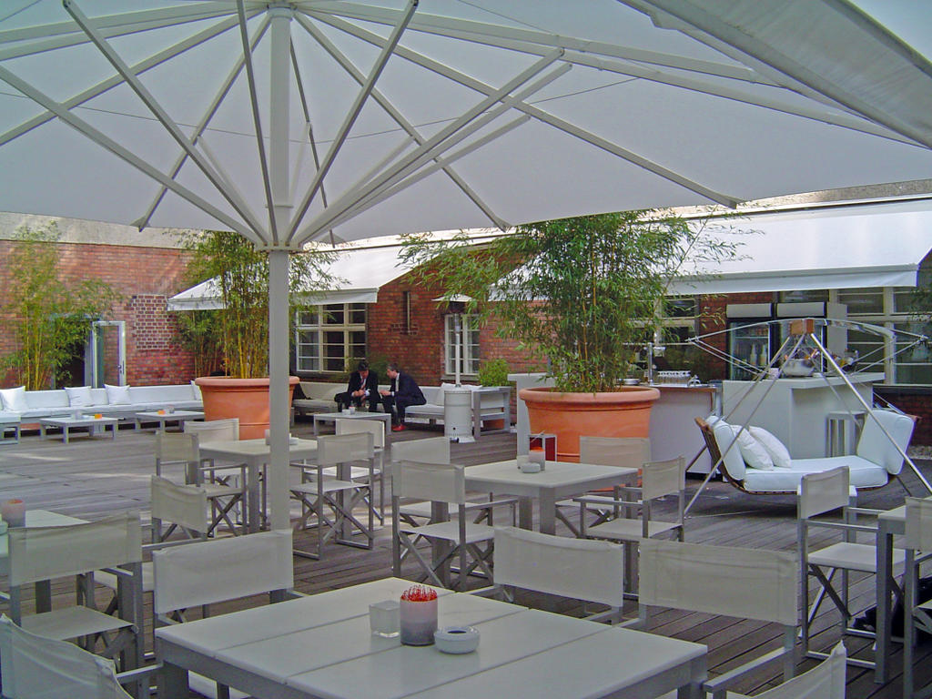 Terrasse mit weißen Sonnenschirmen