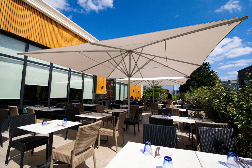 Terrasse mit beige Sonnenschirmen