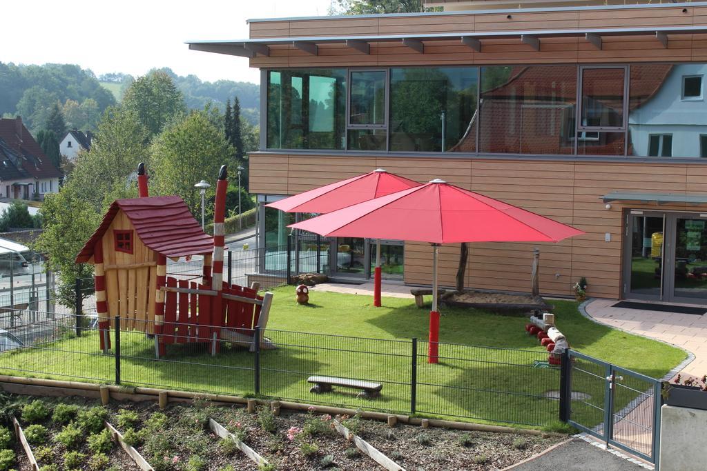Kindertagesstätte St. Josef Sailauf mit roten Sonnenschirmen
