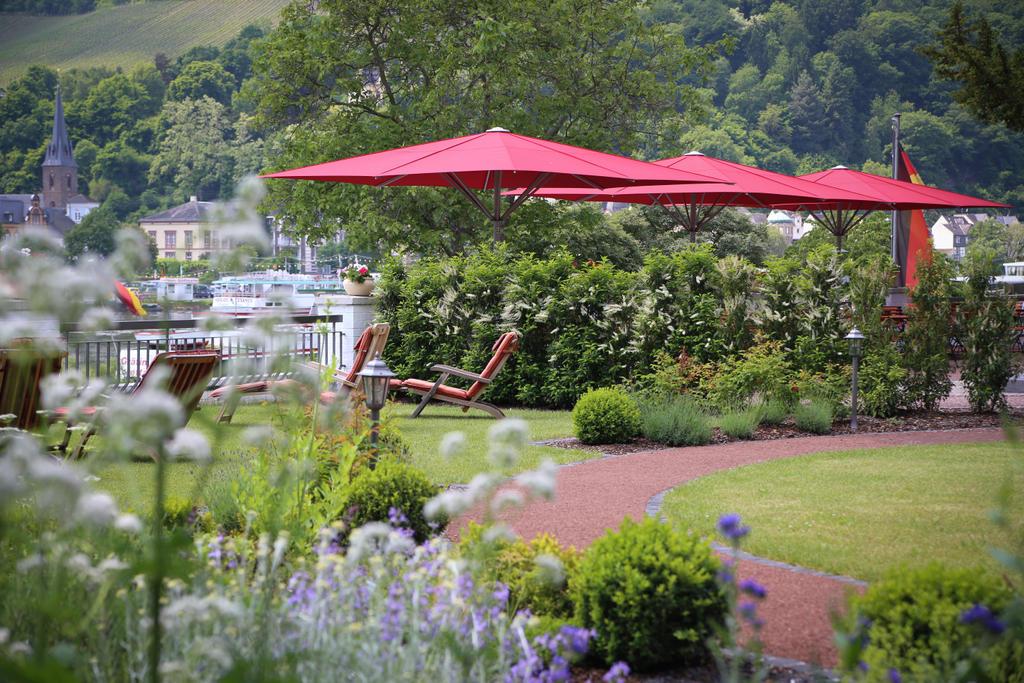 Terrasse im grünen mit roten Sonnenschirmen