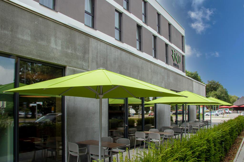 Terrasse mit grünen Sonnenschirmen
