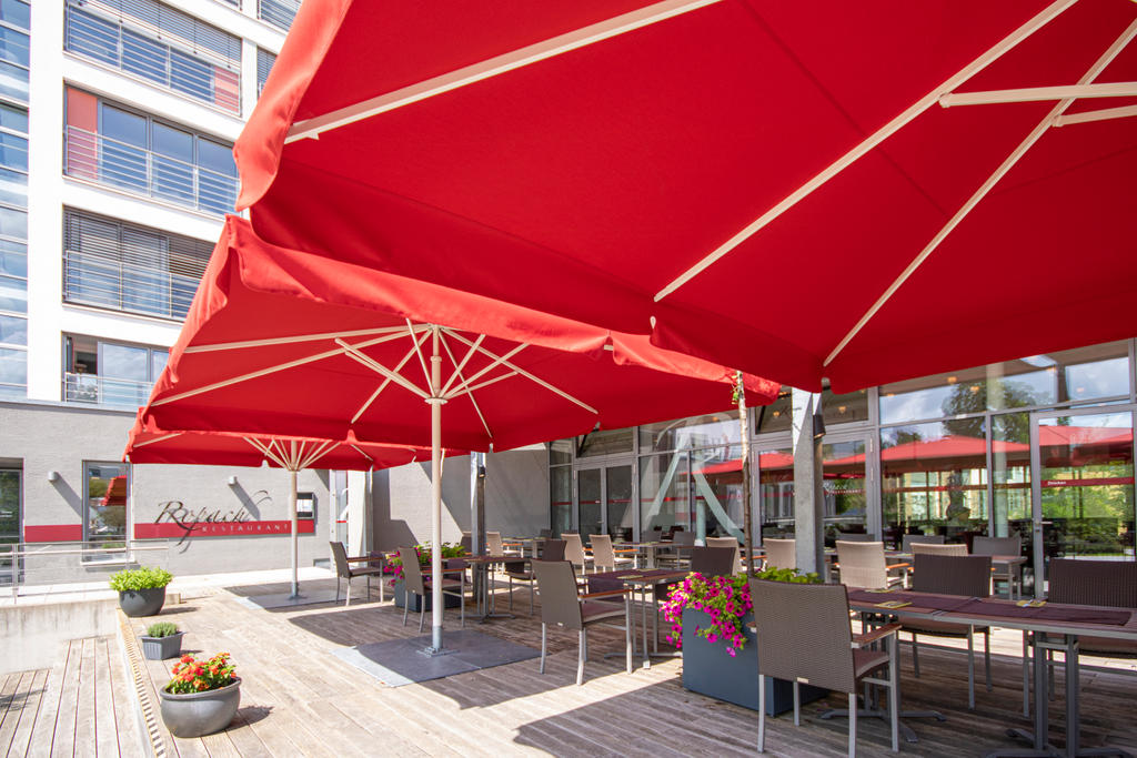 Terrasse mit roten Sonnenschirmen