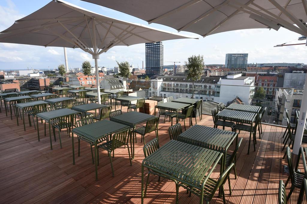Rooftop-Bar mit beige Sonnenschirmen