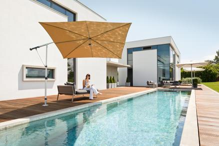 Terrasse mit einem hellbraunen Sonnenschirm