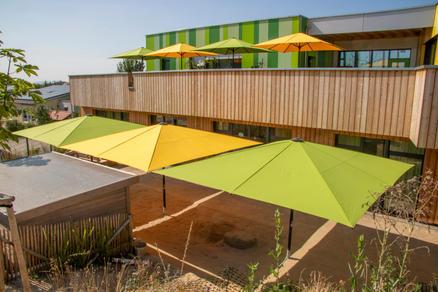 Kindergarten Lauerbäumle mit grünen und gelben Sonnenschirmen