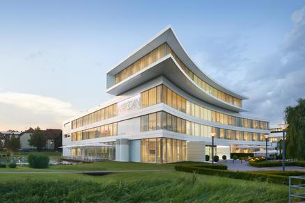 Modernes Firmengebäude im Grünen