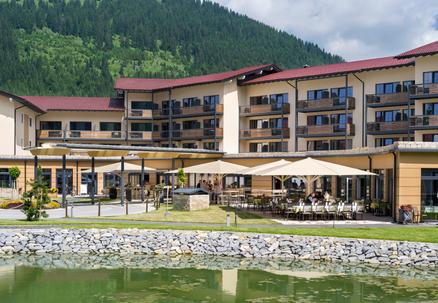 Hotelterrasse mit hellgelben Sonnenschirmen