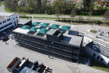 Dachterrasse mit grünen Sonnenschirmen