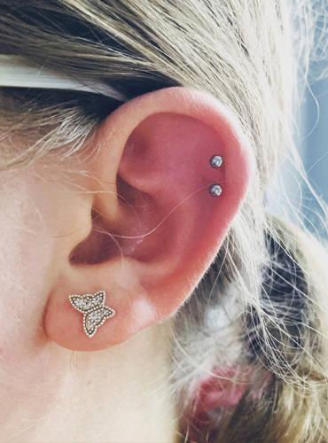 Mehrere Ohrpiercings auf dem rechten Ohr.