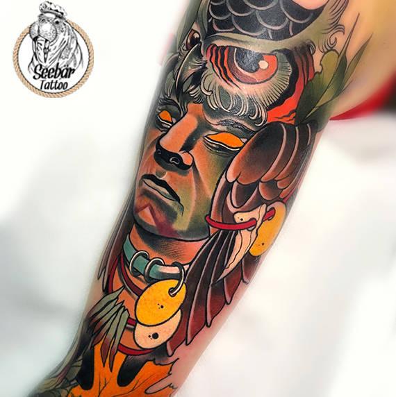 Indianer Tottem im Neo-Stil auf dem Arm tättowiert.