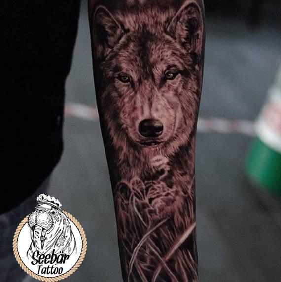 Ein Wolf im realistischem Tattoo Stil auf dem Unterarm.