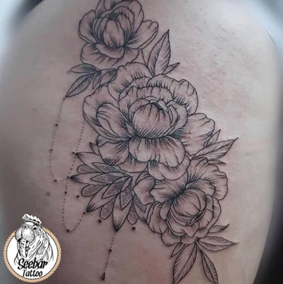 Blumen auf dem Oberschnkel als illustrative Tätowierung