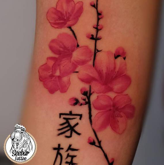 Der Japanische Stil im Form einer Blume tättowiert auf dem Unterarm mit Schriftzeichen.